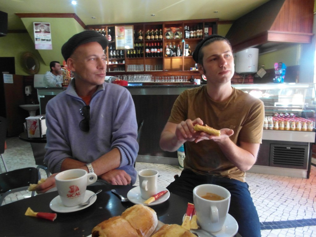 Andrew och Olly äter frukost med oss på ett kafé i Oleiros.