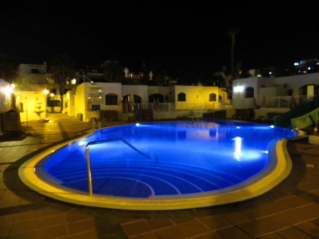 Vuxenpoolen i det ena poolområdet, på natten.