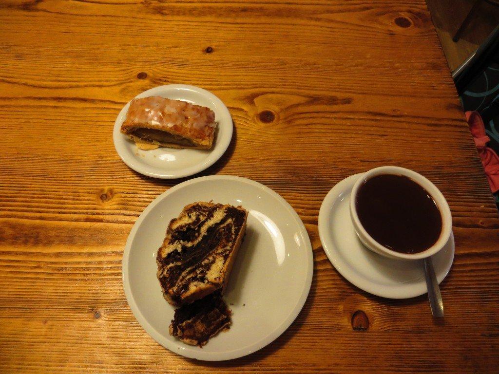 Mumsig mörk varm choklad och lokala bakverk.