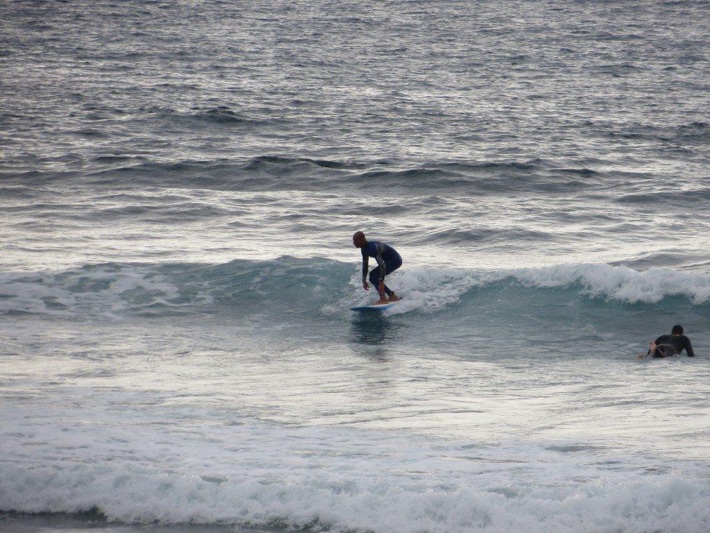 En av många surfare som uppskattade vågorna.