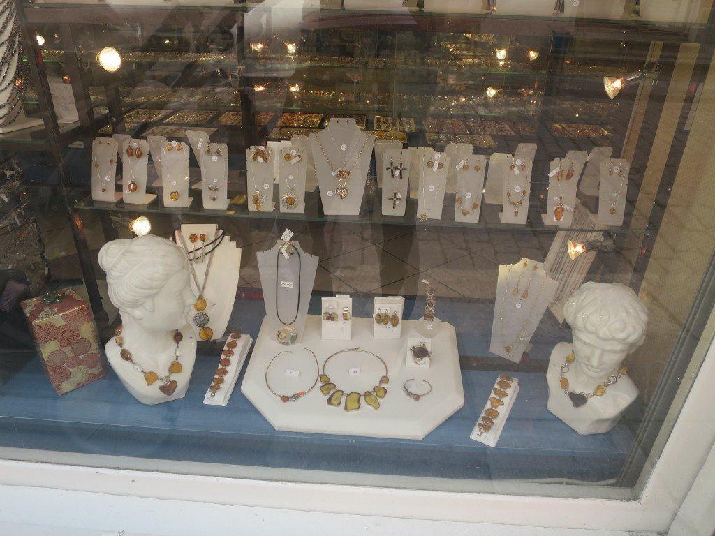 En av många bärnstensbutiker i Tallinn.