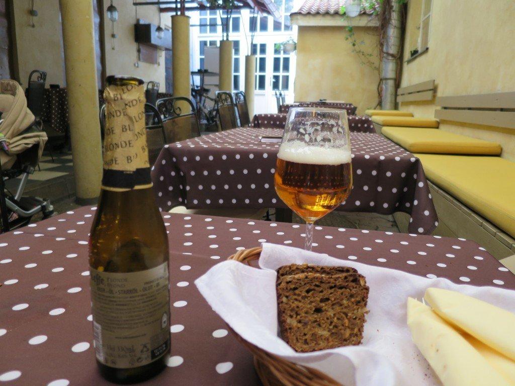 Väntande på maten på restaurang Von Krahli Baar.