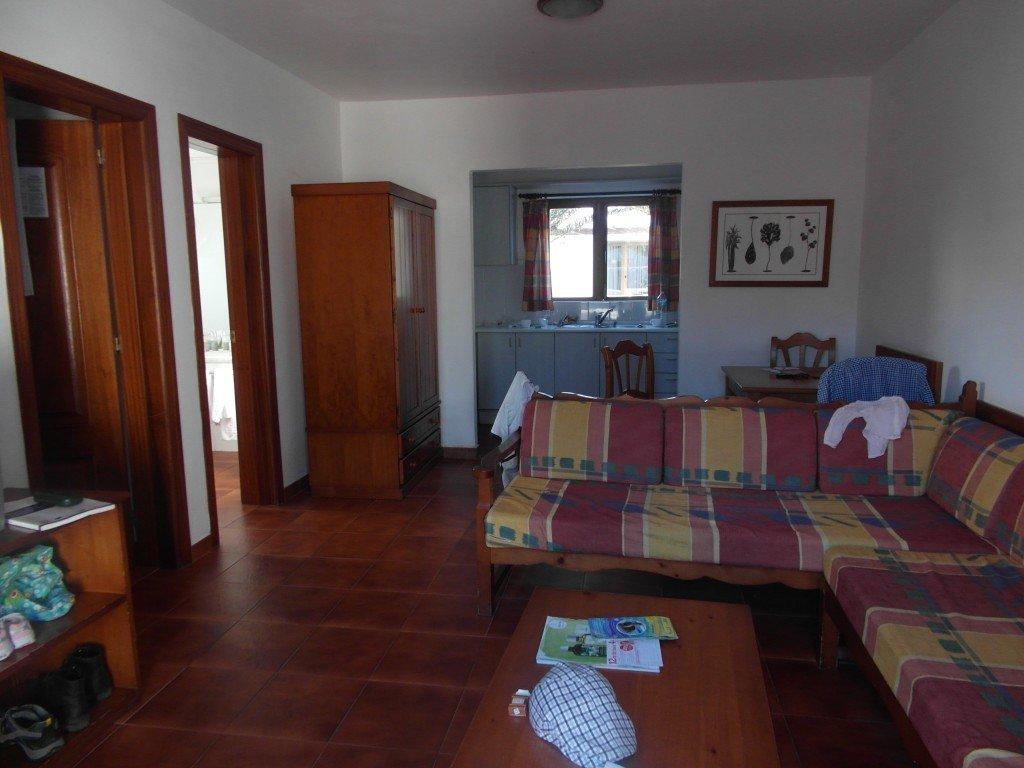 Vardagsrummet sett från altandörrarna.