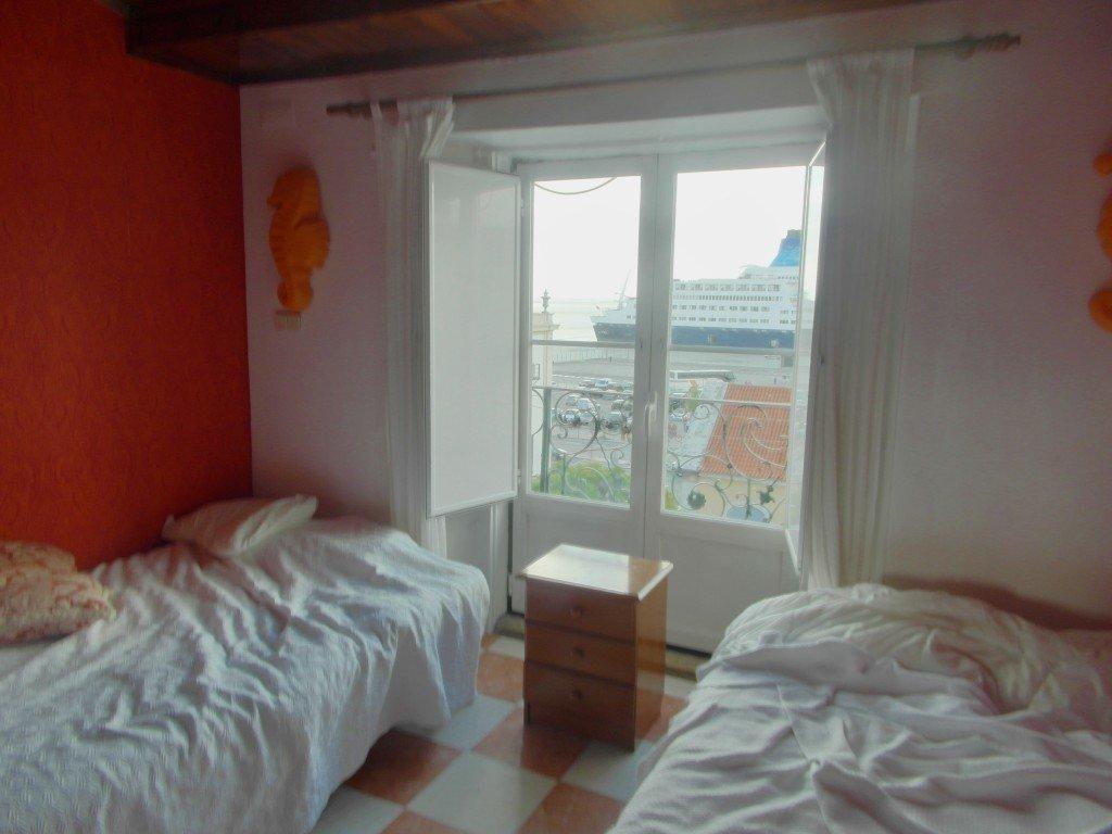 Vårt rum efter att vi sovit en natt i sängarna.