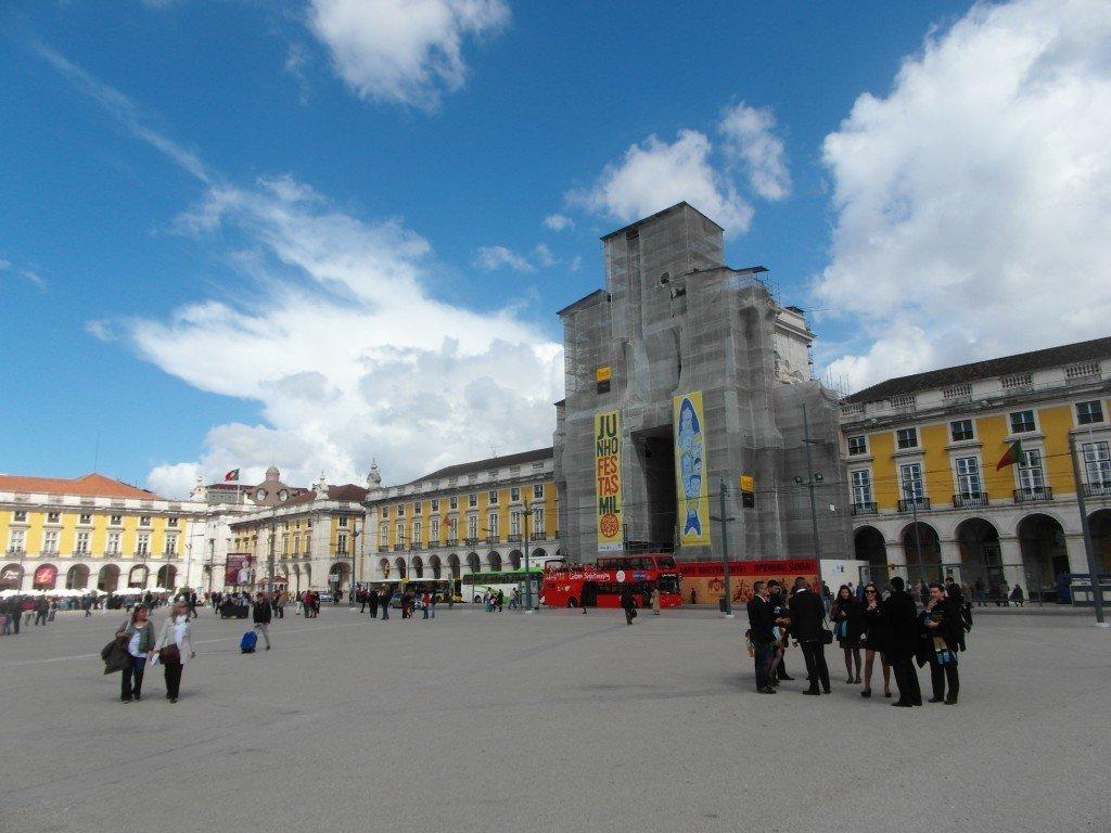 Praça do Comércio med den praktfulla gula byggnaden.