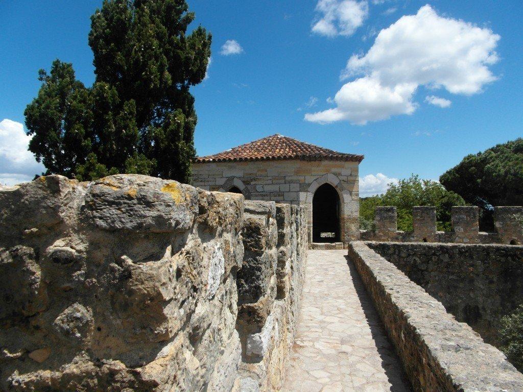 På promenad högt över marken i Castelo de Sao Jorge.
