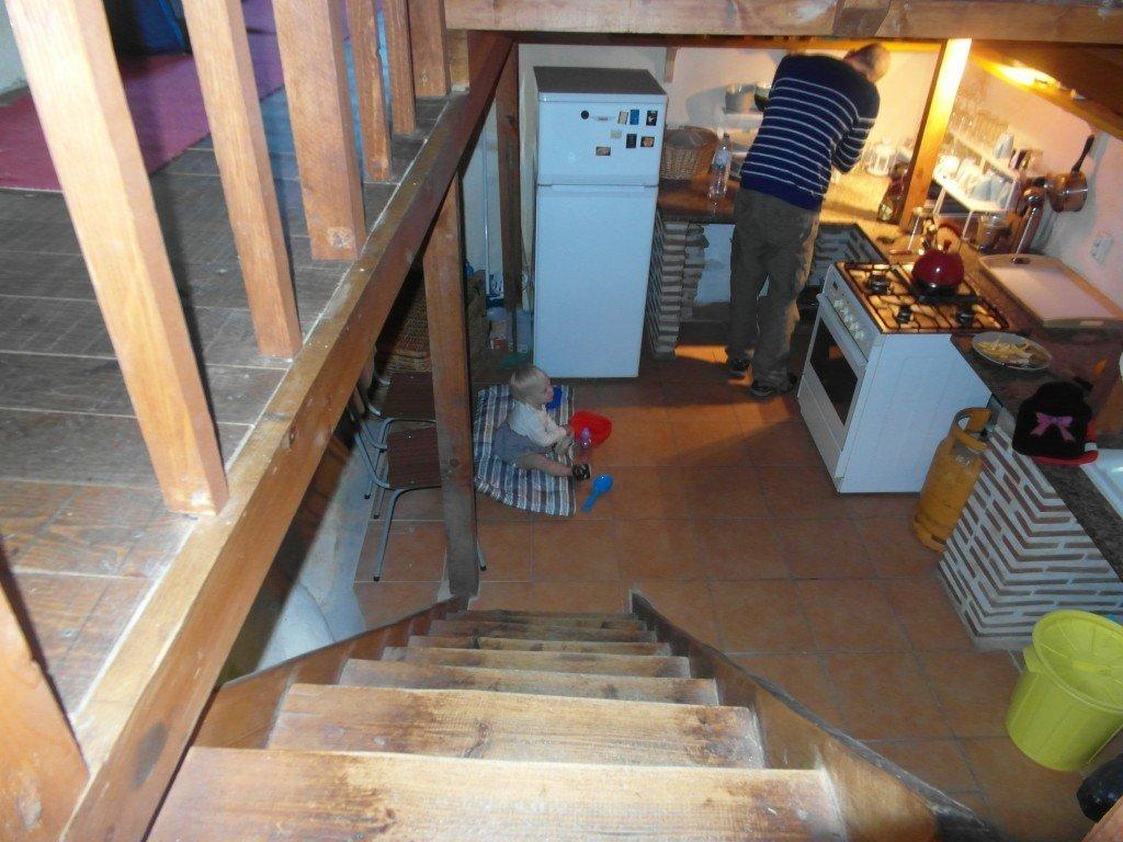 Köket sett från övervåningen.