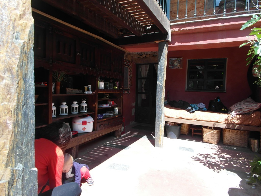 Innergården med en praktisk säng i hörnet.