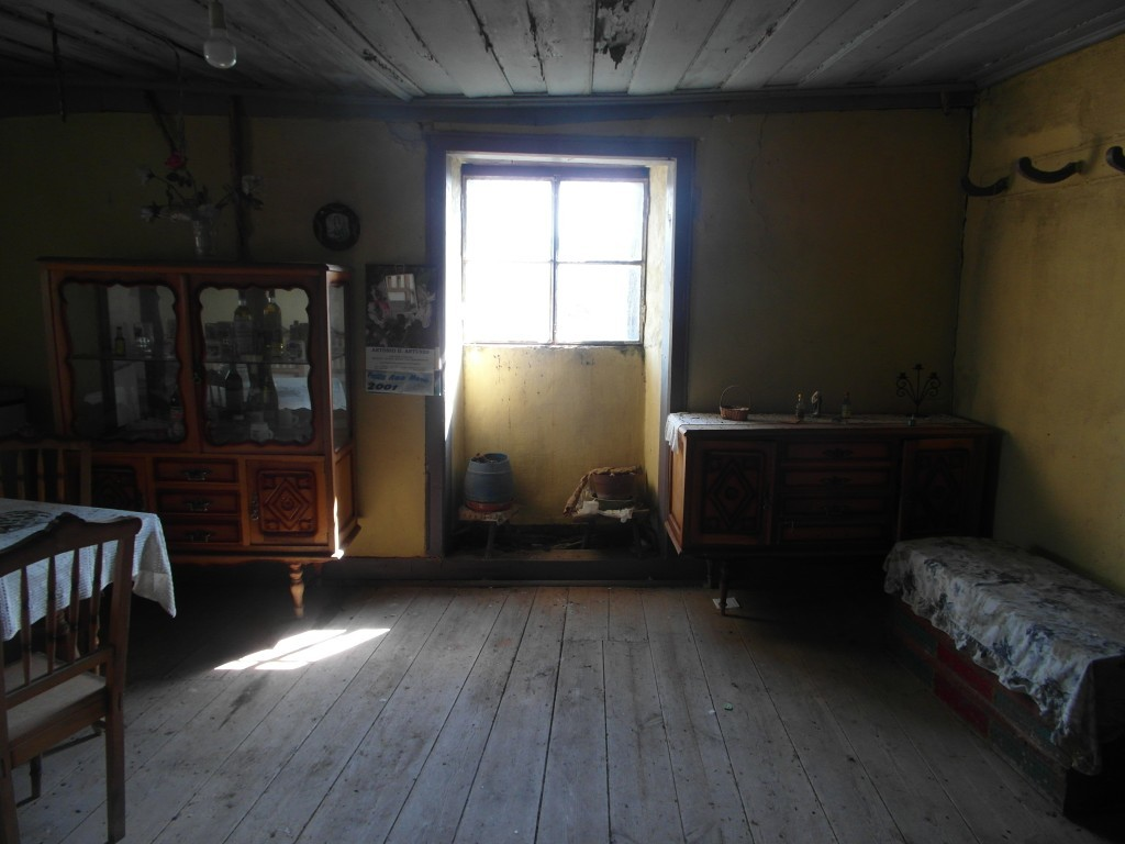 Rummet ser ut som om ägaren nyss gått.