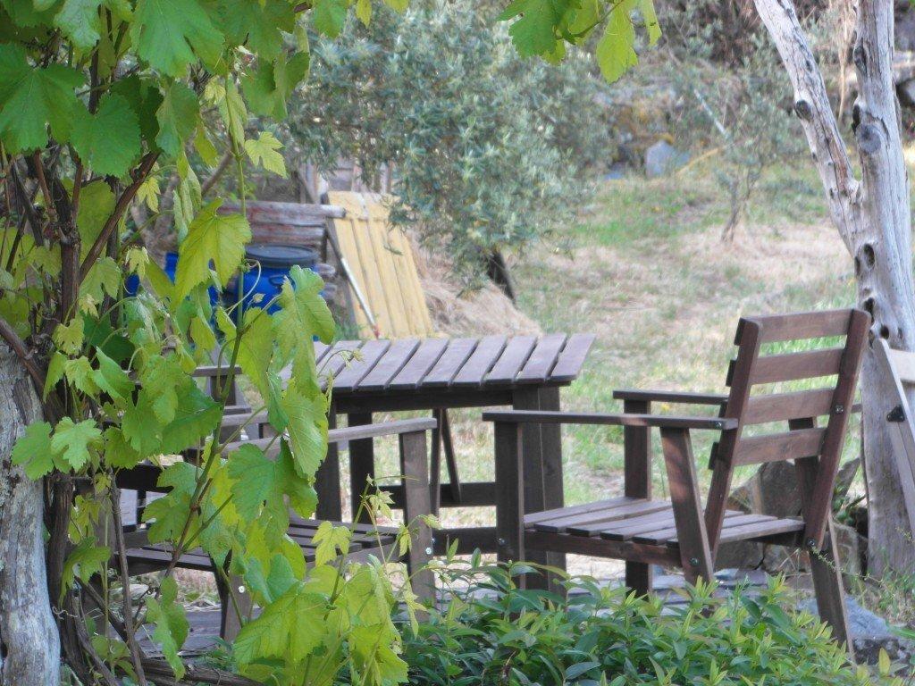 En skuggig sittplats vid sidan av vårt hus.