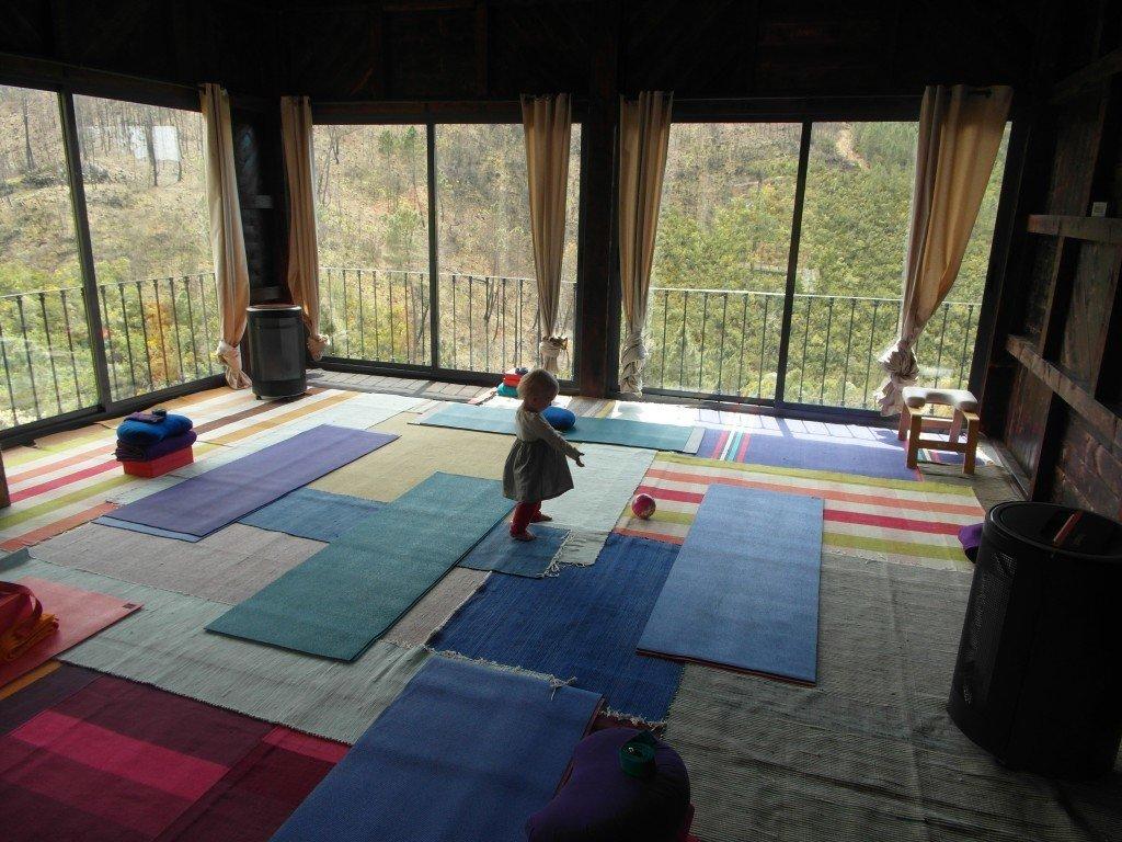 Yogashalan har en makalös utsikt över dalen.