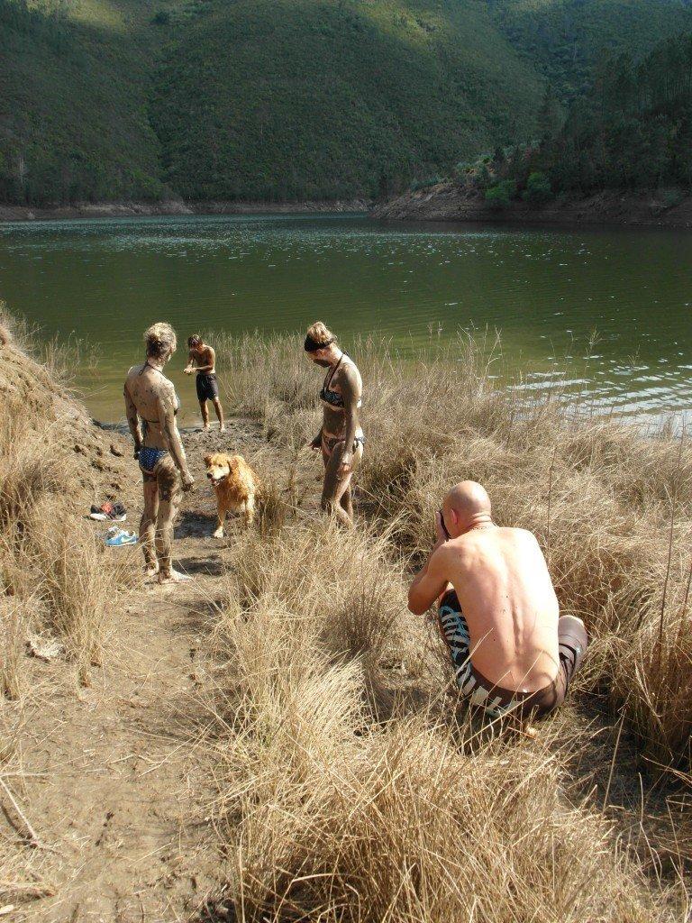 Lerbad vid sjön.