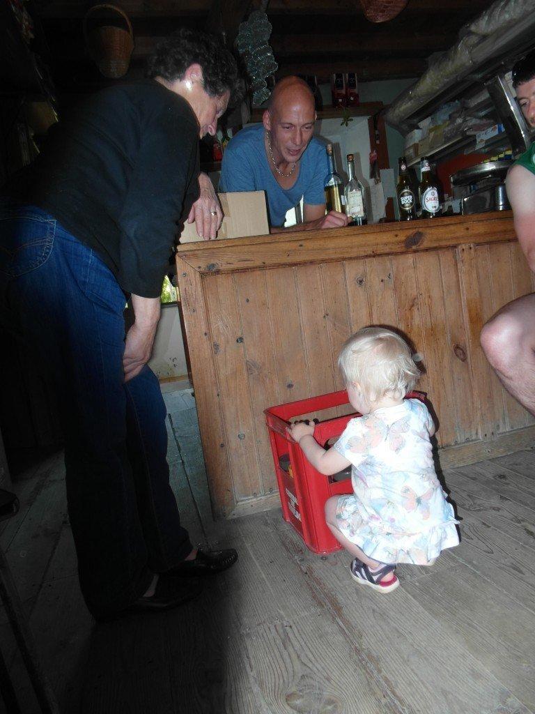Lilltjejen lekte med tanten på kaféet.