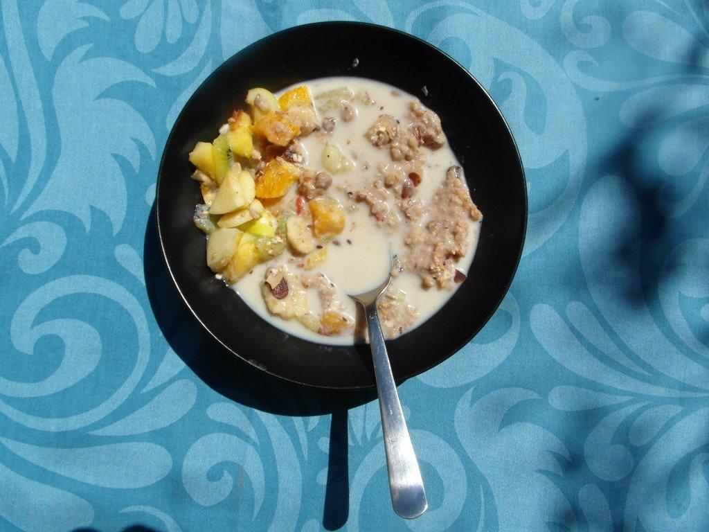 Den gudomliga frukosten bestående av långkokt risgrynsgröt med torkad frukt och honung.