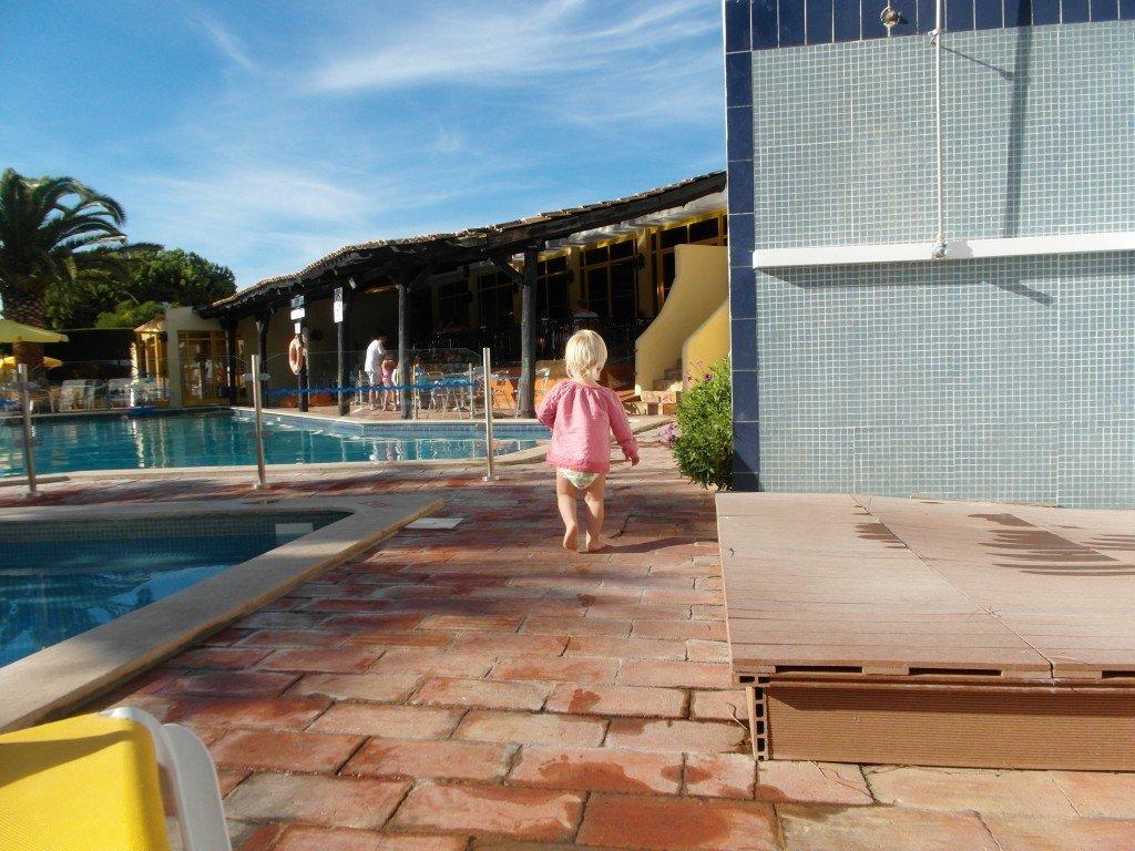 Dottern tar en liten sväng i poolområdet.