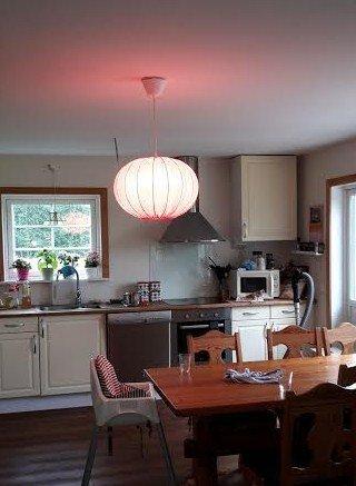 Se vilket hemtrevligt sken den nya rosa taklampan sprider!
