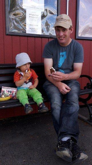 Grabbarna Karlsson delar en Sandwich i solskenet!