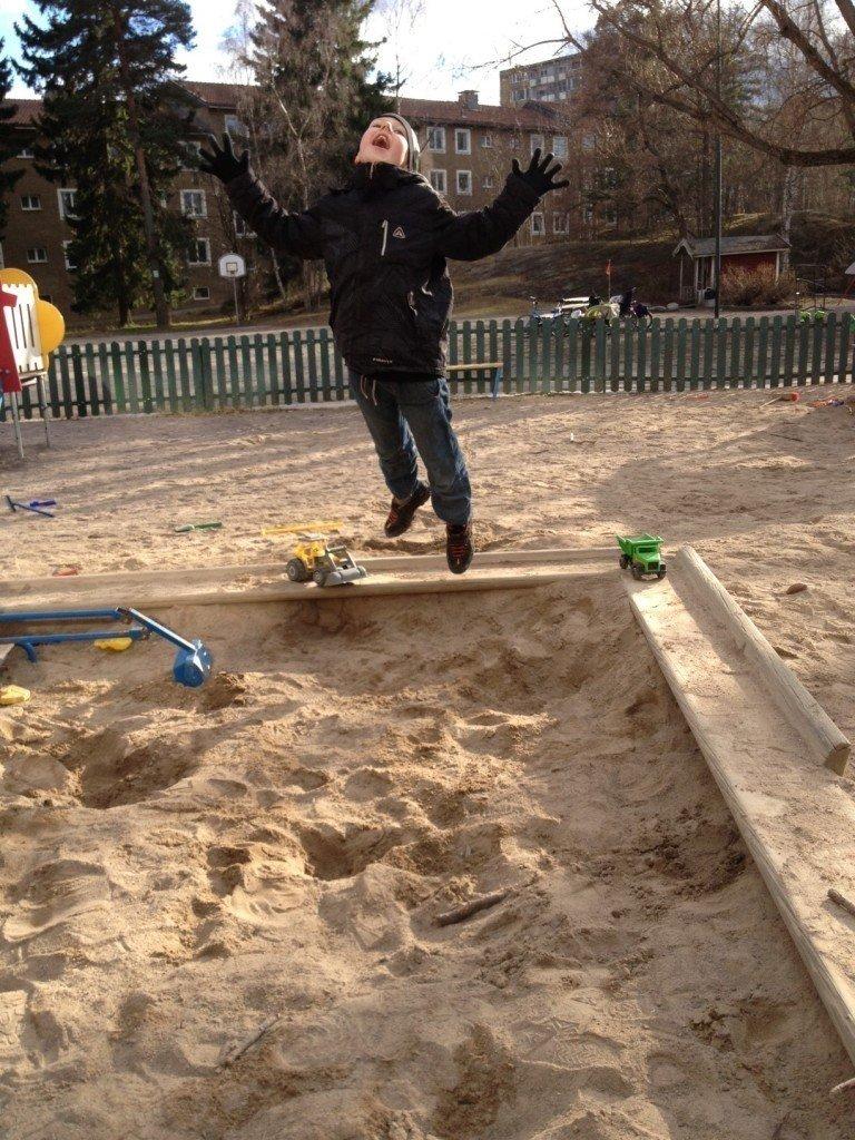 Alex hoppar i parken