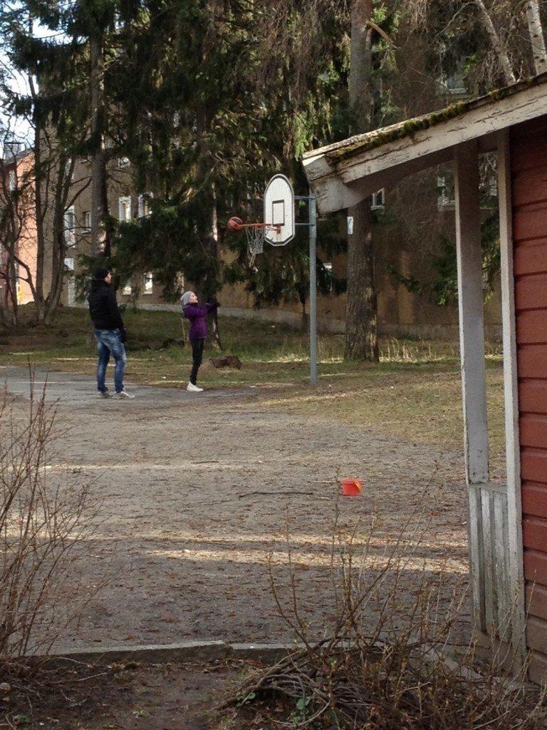 Jon och Lovina basket i parken
