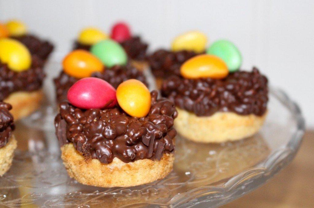 paskbakelse_muffins_cup_cake_baka_till_pask_godisagg_tartfat_pa_fot_frulilja
