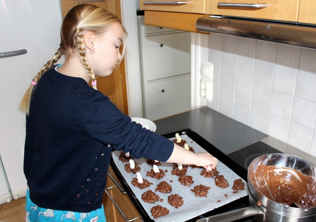 paskgodis_rice_crisp_choklad_skumgodis_paskskum_baka_med_barn