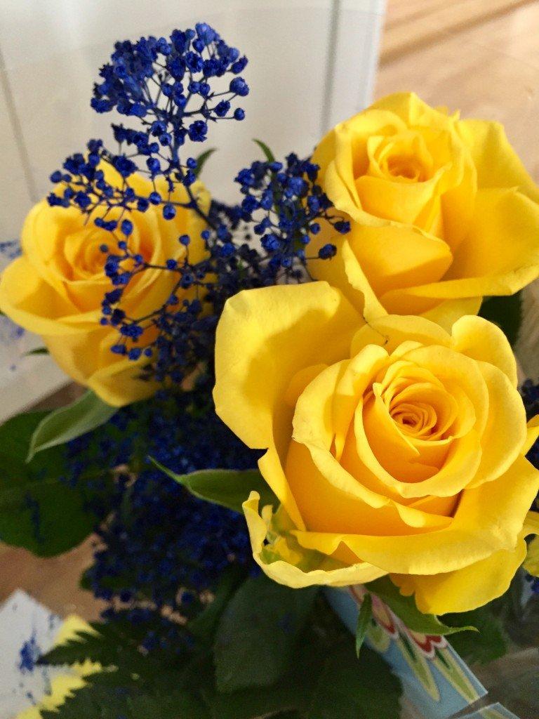 blommor_till_student_2017_gula_rosor_blå_brudsloja