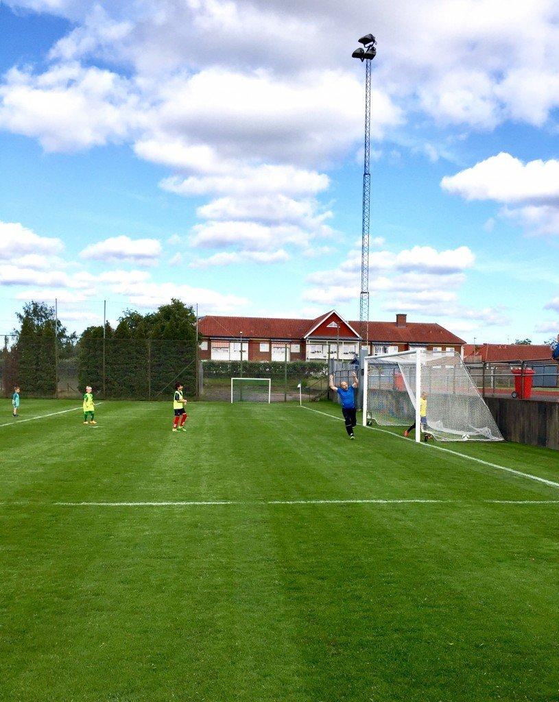 målspruta_fotboll_match_foraldrar_mot_barn