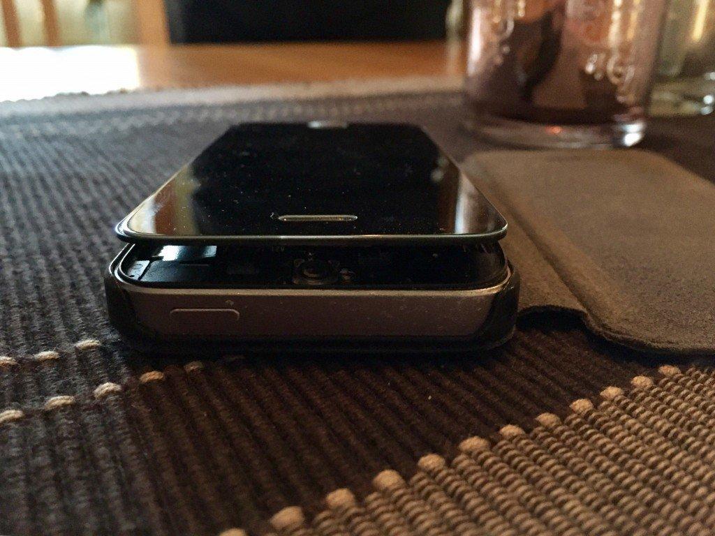iphone_fem_5_batteriet_exploderat_expanderat_skarmen_lyft_sig