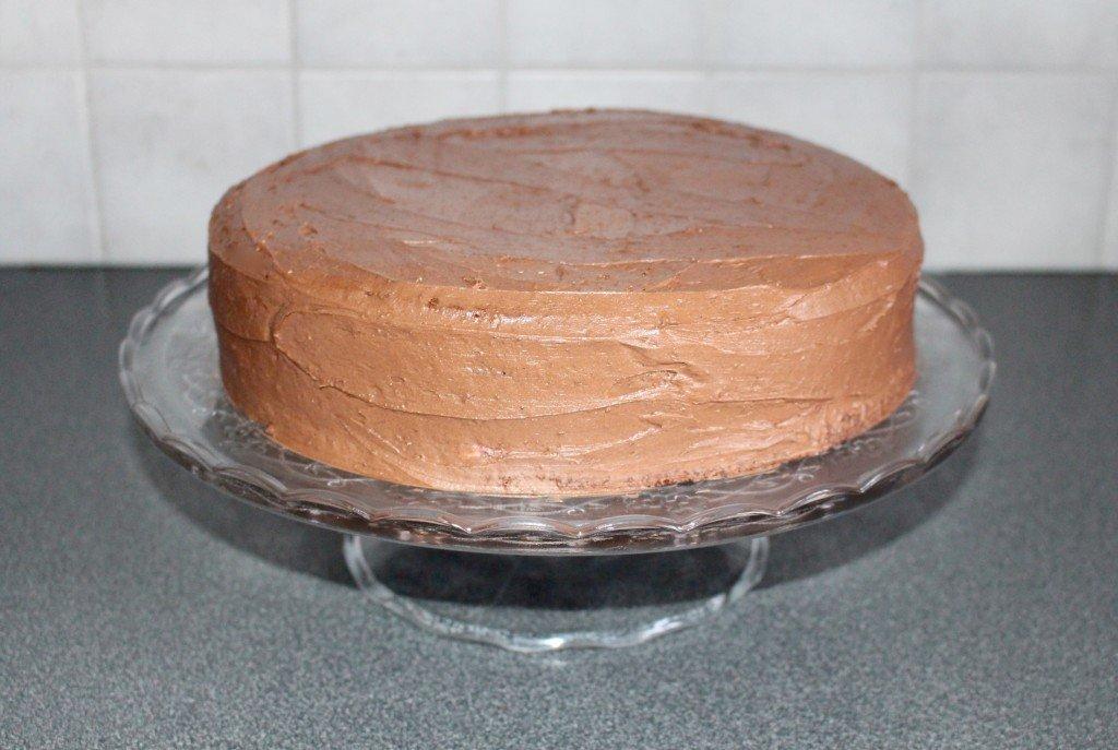 chokladtarta_i_flera_lager_layerd_cake_nutella_nutellasmorkram_tartfat_pa_fot_hallonsmorkram