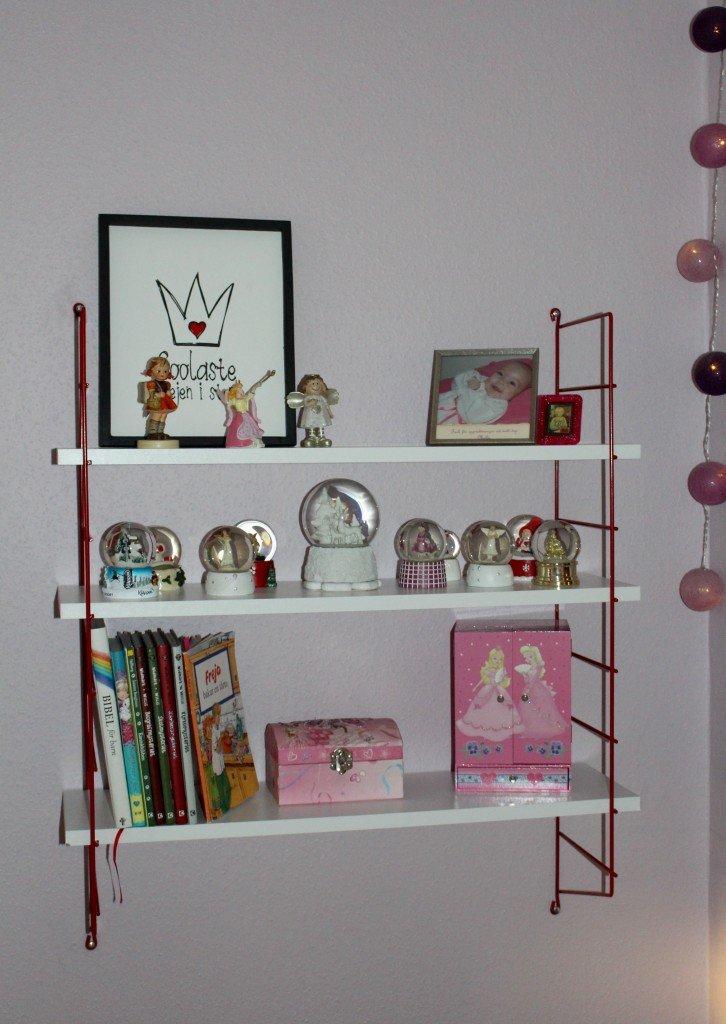 stringhylla_barnrum_interior_for_flickor_kids_girls_snoglob_ljusbollar_smyckeskrin_som_spelar_goebel_figurin