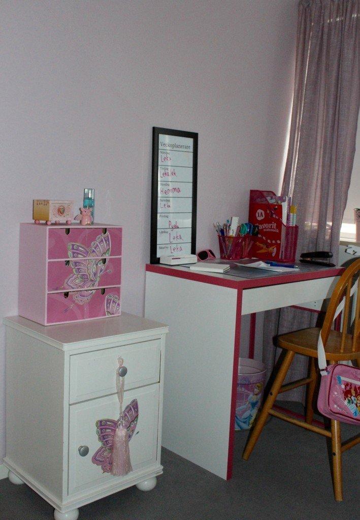barnrum_skrivbord_flickrum_moppebyra_interior_for_kids_nyponros_bygg_en_vagg_diy_walk_in_closet
