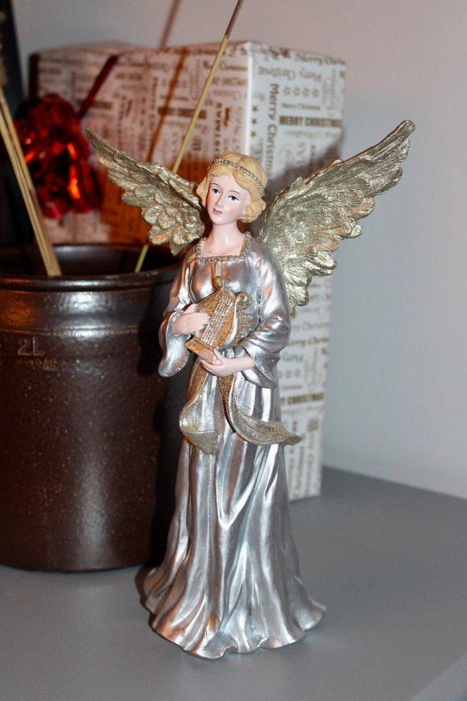forberedelser_infor_jul_sla_in_julklappar_gammalt_hoganas_krus_keramik_angel_frulilja