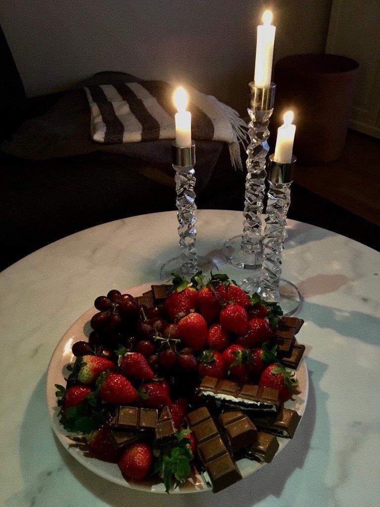 alla_hjartans_dag_orrefors_carat_ljusstake_marmorbord_fruktfat_jordgubbar_choklad_vindruvor_mateus_keramik_frulilja