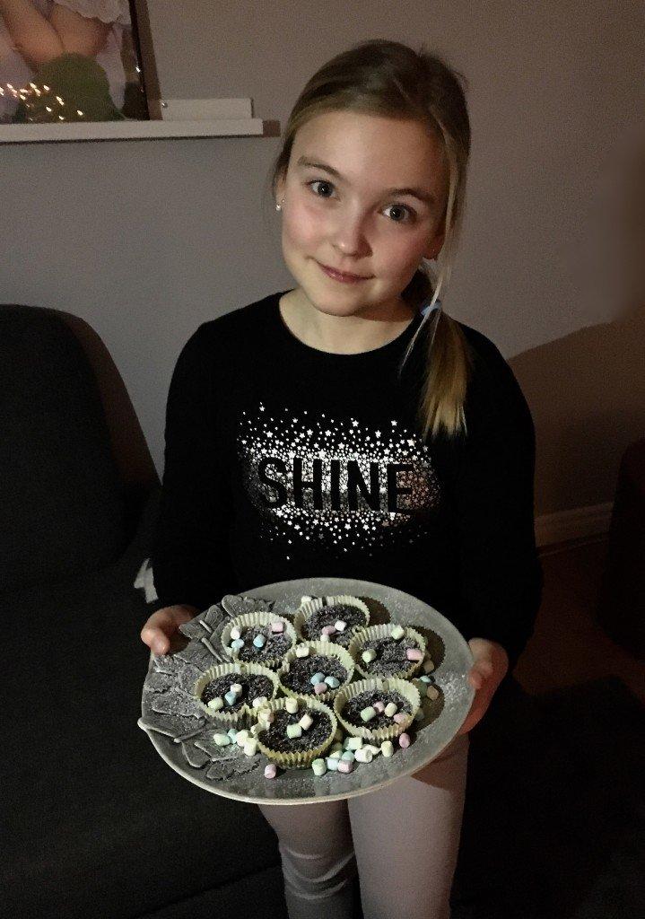 kladdkaka_kladdkakemuffins_chokladmuffins_muffins_med_marshmallows_baka_med_barn_miolly_mateus_keramik_frulilja