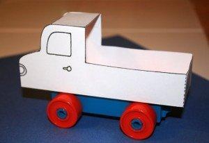 Lastbil av Duplo och papper
