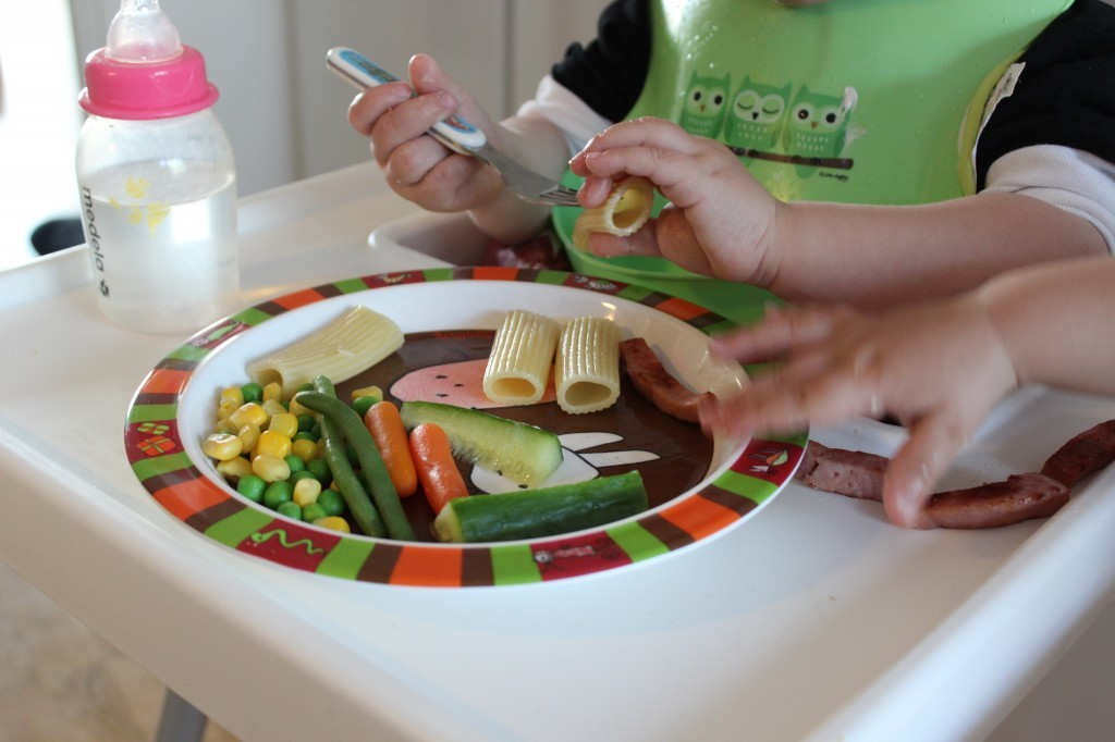 Ibland är det svårt att få fast saker på gaffeln, då hjälper man till med händerna