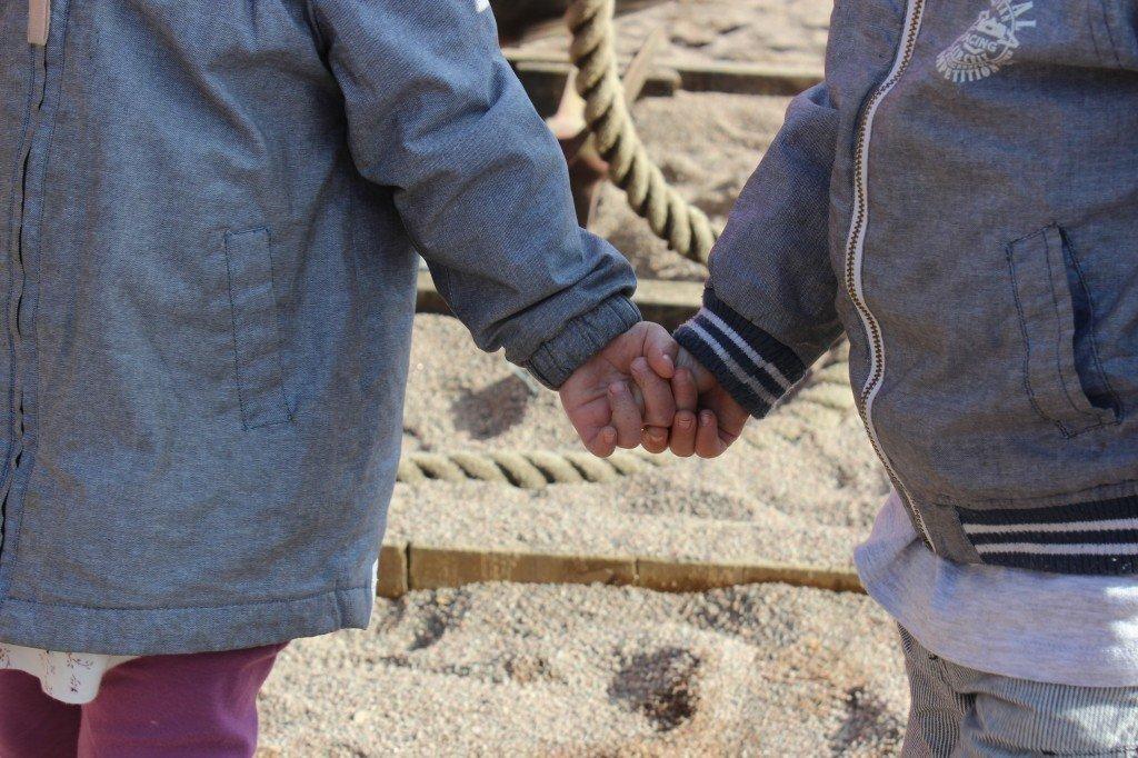 twins_holdinghands_babyhands_tvillingar_hållahanden_kärlek_andersfranzenpark_johannasweden
