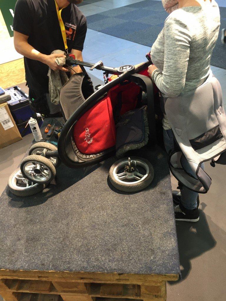 På plats kunde man få hjälp med enklare reparationer av sin barnvagn