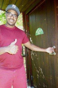 Victor vrider om låset till vårt hus för första gången!