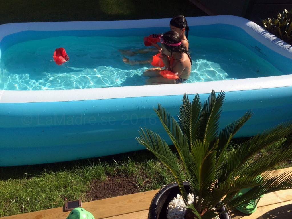 barnen kids familjeliv pool uteplats palmer sommar semester lamadre