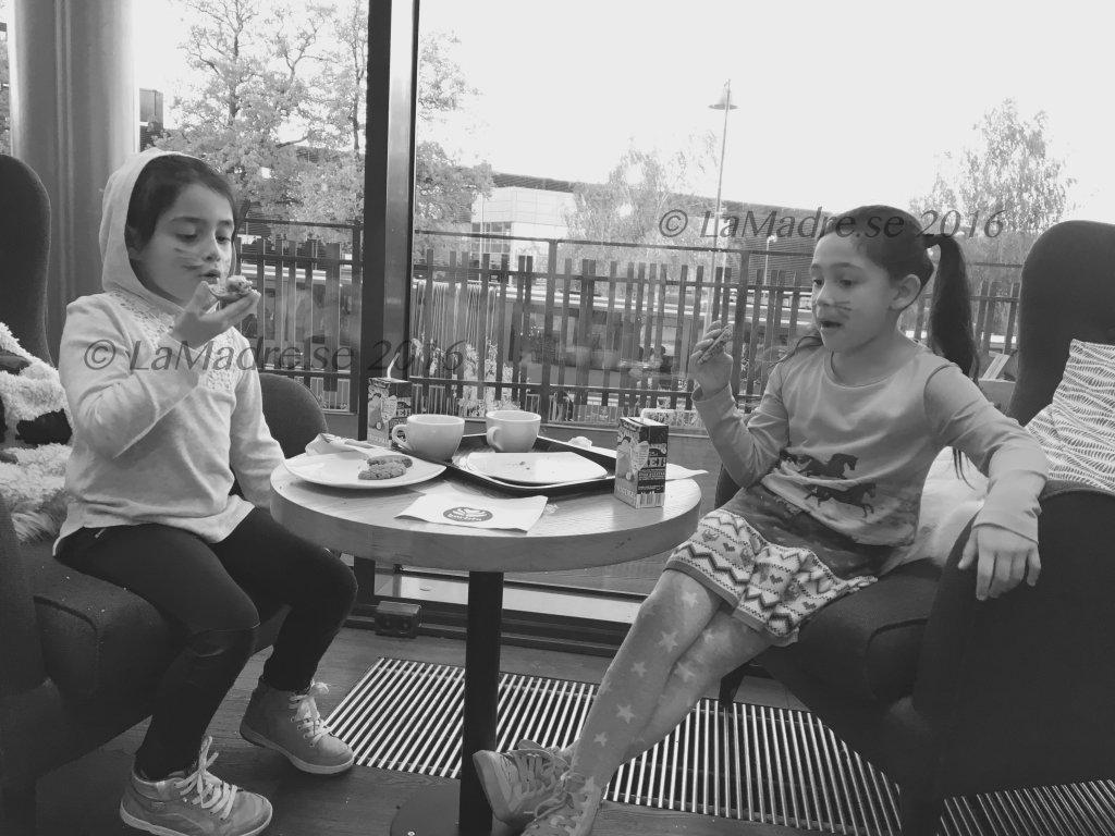 Fikar tillsammans syskon pseudotvillingar latinas Kungens Kurva mammas Ikea