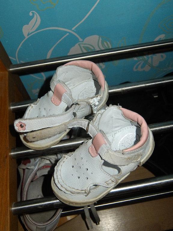 hennes små skor (eller skoorrrhh som hon alltid säger) och vi måste alltid titta på lilla blomman på spännet också.