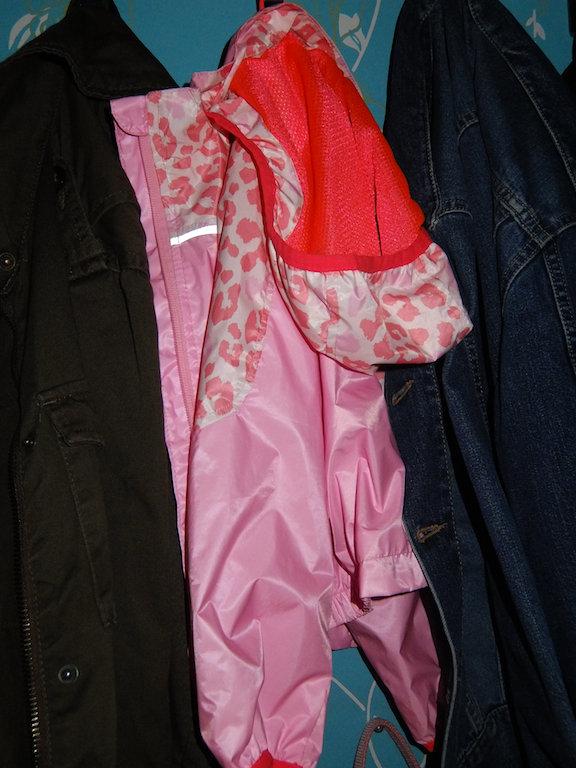 lilla lilla jackan (som mamman tyckte var för dyr men faster köpte den till dig) hänger där brevid min.