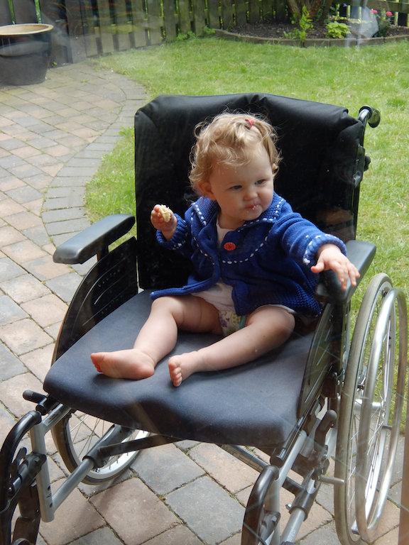 Edith provkör min mormors rullstol. Haha!
