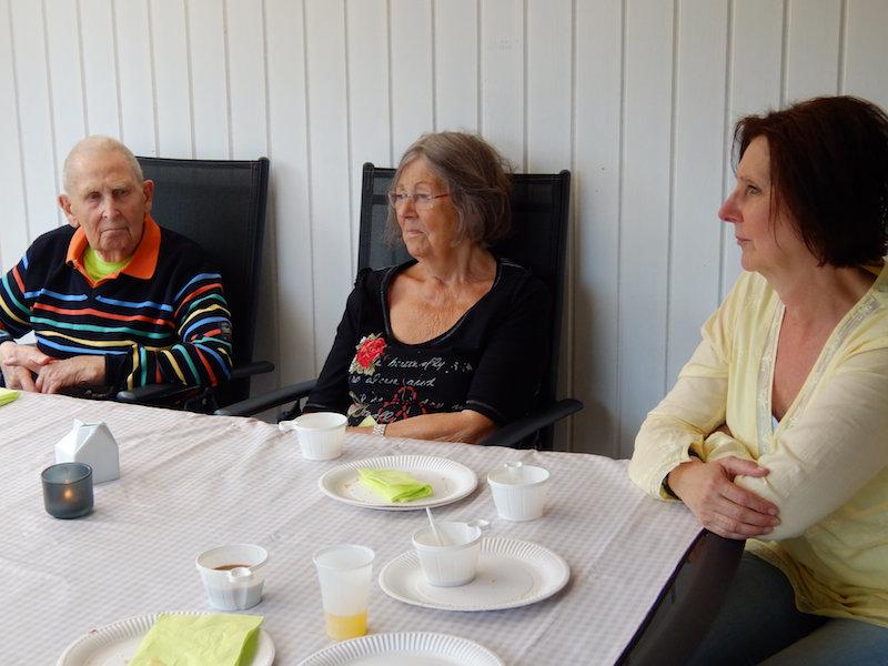 Morfar, Christoffers farmor & svärmor lyssnar intensivt på min mormor.  Haha!
