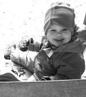 Hon tyckte i alla fall det var roligt att leka i sandlådan innan i dag. Min solstråle!