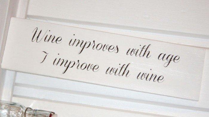 wine_improves_with_age_i_improve_with_wine_shabby_vin_vinst_ll_skylt_present_shabby_vit_vitt_new_england_lantlig_lantligt