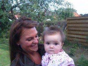 En bild av mig och Bella som Kent har tagit i mammas trädgård.