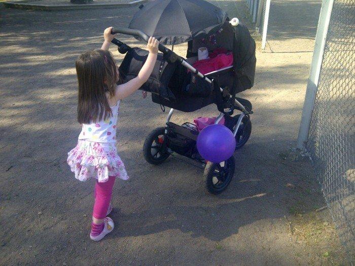 Kusin Bella kör Edith i vagnen. Gud vad jag uppskattar alla människor runt omkring som är så glad för Edith.