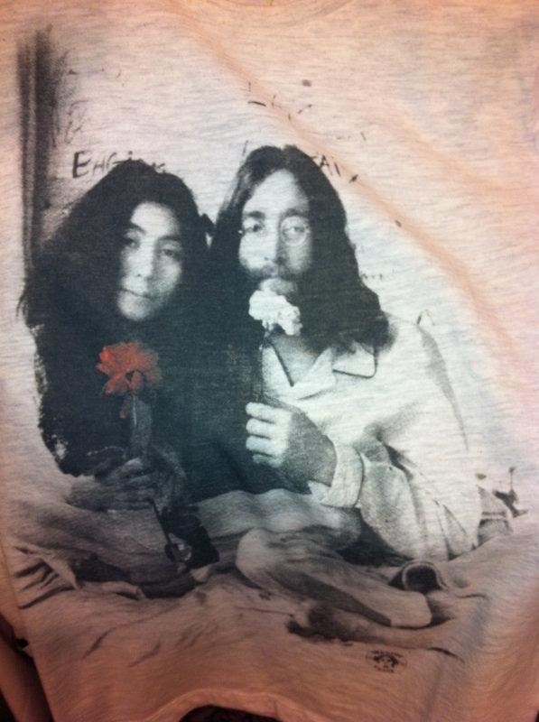 Den här tröjan hittade jag på Bubbleroom i veckan. Jag tycker den är helt underbar! Antagligen bara för jag och mina syskon är helt John Lennon störda pga av vår pappa-som tycker Lennon är kung.